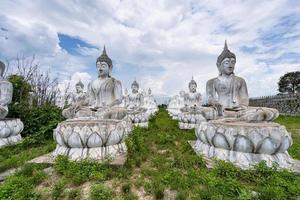 buda blanco en tailandia foto