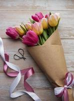 tulipanes de primavera sobre un fondo de madera foto