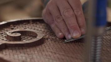 El tallador de madera corta el tablero de caoba con un cincel y hace un agradable sonido de asmr. video