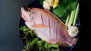 vista superior de peixes e vegetais frescos em pratos de cerâmica preparados para cozinhar com rotação de 360 graus video