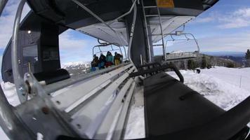 quatre snowboarders déchargent des remontées mécaniques video