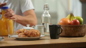 foto do close up do casal se preparando para o café da manhã video