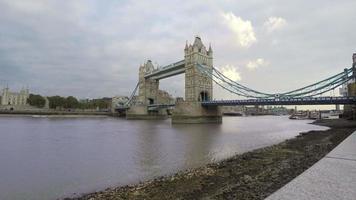 Tower Bridge en Londres y el típico cielo gris video
