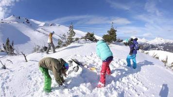 grupo de snowboarders que tienen pelea de bolas de nieve video