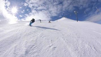 quatre snowboarders descendent une piste de ski video