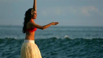 Hula-Tänzer führt durch Meereswellen, Zeitlupe video