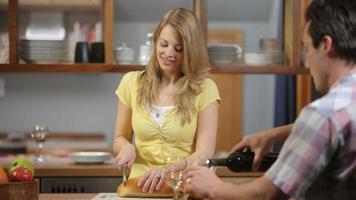 coppia in cucina insieme video