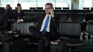 gente de negocios espera en el vestíbulo del aeropuerto video