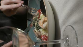 vidéo verticale belle femme mangeant et buvant dans la pause déjeuner du restaurant video
