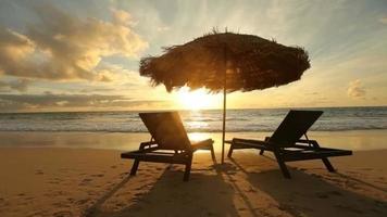 lever du soleil sur la plage tropicale avec chaises et cabane video
