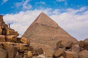 la gran pirámide y la gran esfinge en la meseta de giza foto