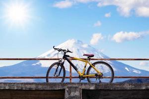 hermosa bicicleta de montaña en el puente de hormigón foto