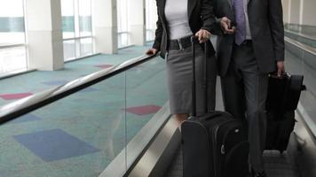 executivos no aeroporto viajam na esteira rolante video