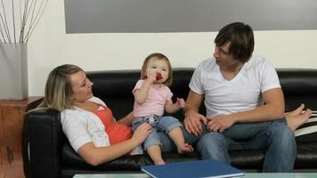 familj med småbarn som hänger i vardagsrummet video