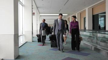 empresários passam pelo saguão do aeroporto video