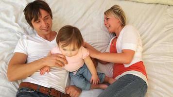 familj med småbarn som leker tillsammans på sängen video