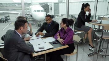 gente de negocios reunida en el aeropuerto video