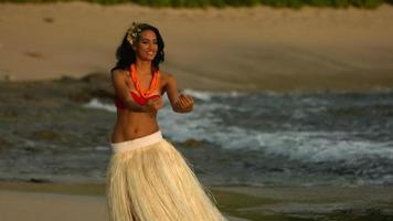 Der polynesische Hula-Tänzer spielt in Zeitlupe video