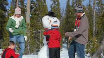 familj som gör en snögubbe video