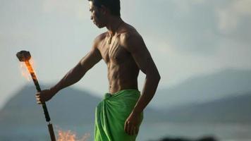 Der hawaiianische Feuermessertänzer tritt auf video