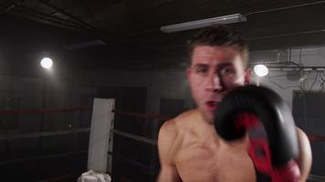 boxeur poinçonnage dans le ring de boxe, pov video