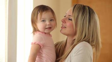 porträtt av mor och ung dotter video