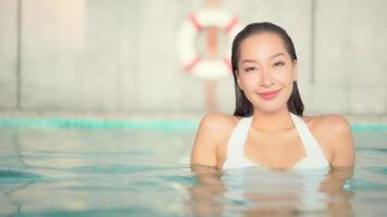 ung kvinna som sitter i en pool video