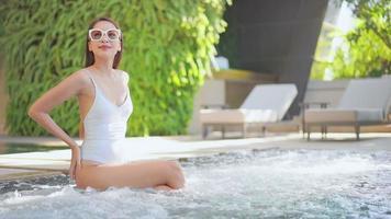 asiatisk kvinna som umgås nära poolen video