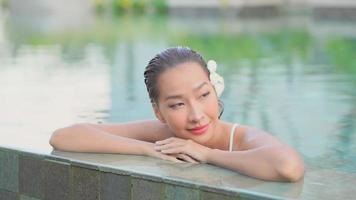 kvinna som kopplar av vid poolen video
