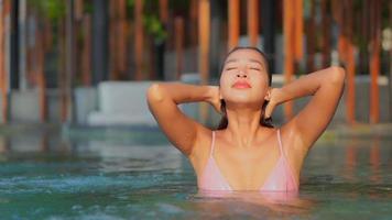 ung kvinna tycker om att vara i en pool video