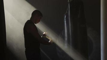 boxer tape mains et sac de frappe video