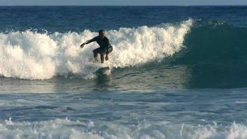 surfare rider våg, slow motion video