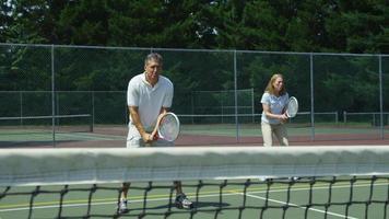 volwassen tennissers vieren punt, slow-motion video