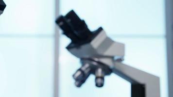 close up de microscópios no laboratório de ciências video
