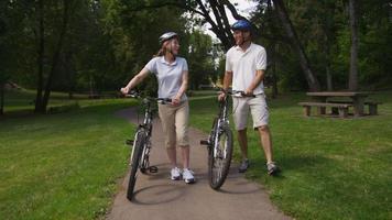 ouder paar wandelen met fietsen, slow-motion video