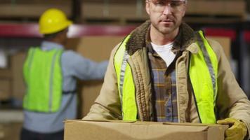 portret van industriearbeider in verzendmagazijn video