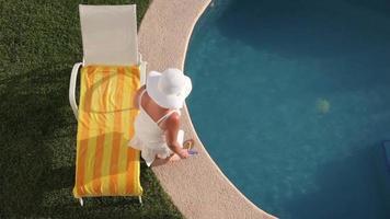 kvinna som lägger vid poolen på tropisk semesterort video