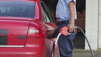 tankstation werknemer tanken auto met brandstof video