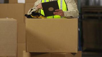 industriearbeider die digitale tablet gebruikt in verzendmagazijn video