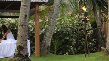 la donna riceve un massaggio nella spa del resort tropicale? video