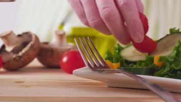 faire une salade fraîche et saine, gros plan video
