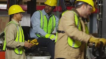 portret van industriearbeiders in verzendmagazijn video