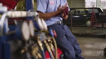 portret van automonteur in reparatiewerkplaats video