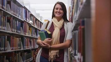 College-Student in der Bibliothek mit Büchern video