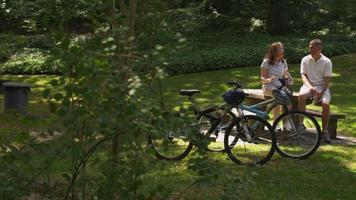 rijp stel neemt pauze van fietsen video