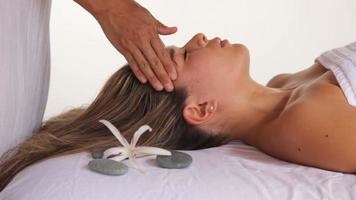 mujer recibe masaje de cabeza en el spa, primer plano video