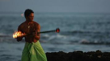 Hawaiianische Feuermessertänzerin tritt auf, Zeitlupe video