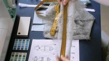 costureira estilista trabalhando em roupas video