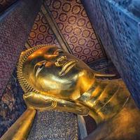 Buda reclinado en el templo Wat Pho en Bangkok foto