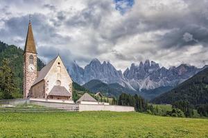 Pueblo de Santa Maddalena con hermosas montañas Dolomitas en el fondo Val di Funes Valley Italia foto